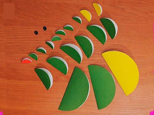 Круги из цветной бумаги свернуты пополам