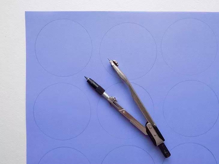 Циркуль и цветная бумага