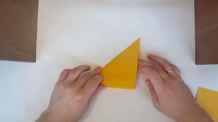 Кленовый лист из бумаги гармошкой