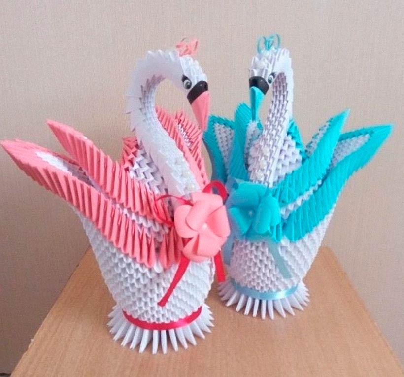 Украшение лебедей атласной лентой, коронами и цветами