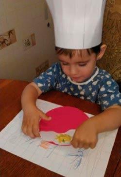 Ребенок в шапке повара