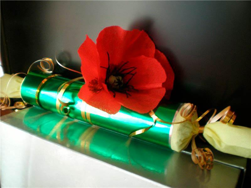 Конфета украшенная цветком мака