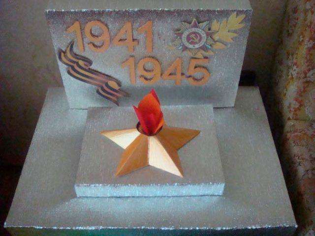 Постамент из коробок, обтянутых фольгированным изолоном