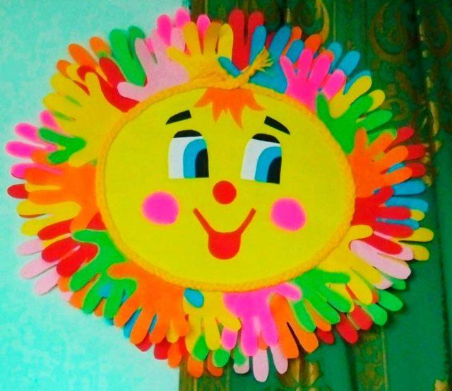 Аппликация солнца с детскими ладонями