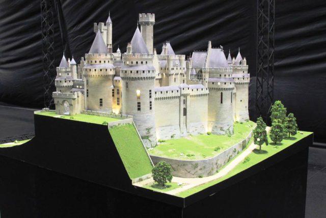 Бумажный красивый замок