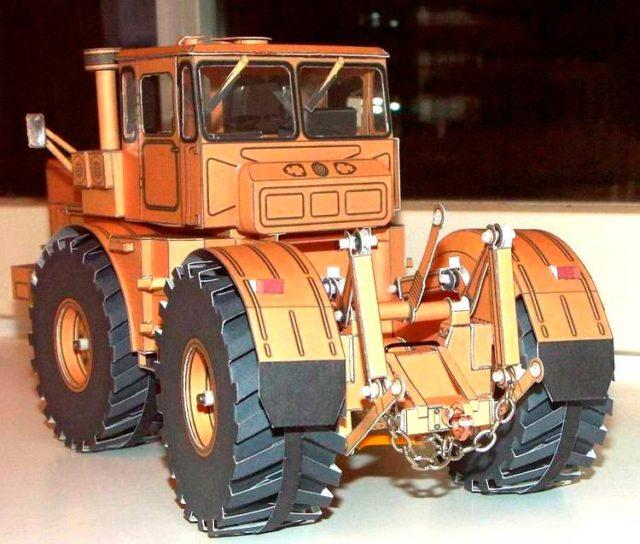 Кировец из бумаги, макет трактора