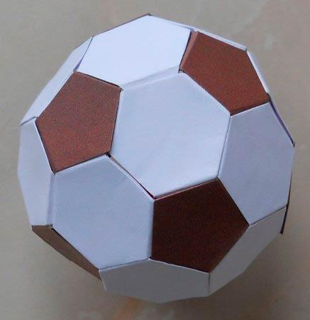 Футбольный мяч из бумаги