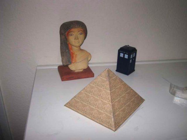 Египетская пирамида из картона