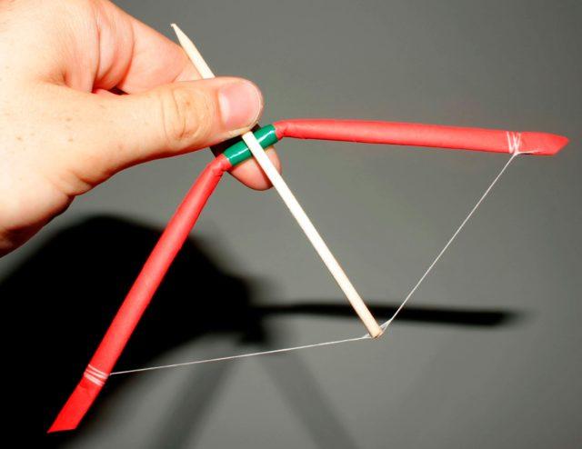 бумажный лук со стрелой
