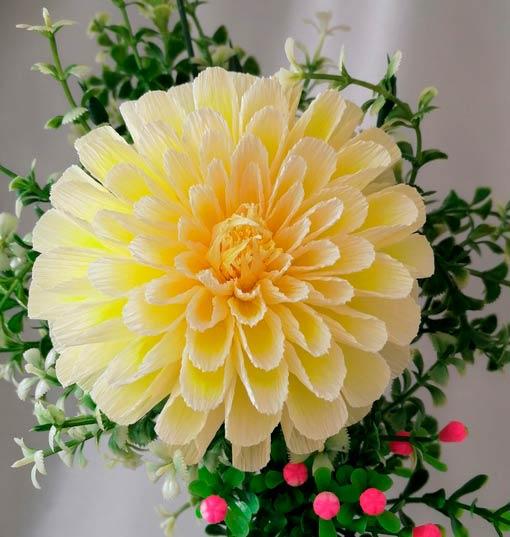 Цветок георгина из гофрированной бумаги