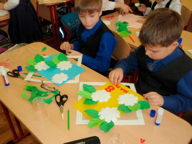 Школьники на уроке творчества