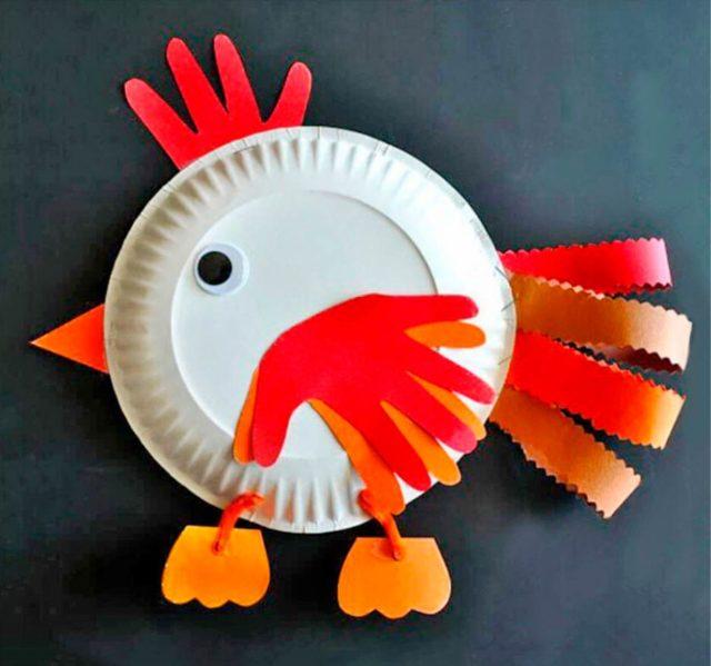 Курица из бумажной одноразовой тарелки