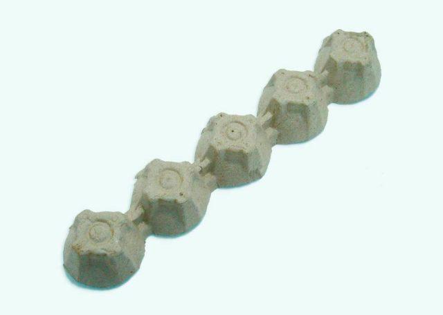 Гусеница из картонных ячеек от яиц