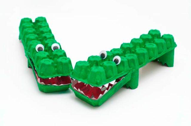 Крокодил из коробок/ячеек от яиц