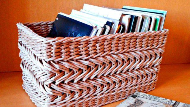 Органайзер для журналов или белья, плетеный из бумажных трубочек