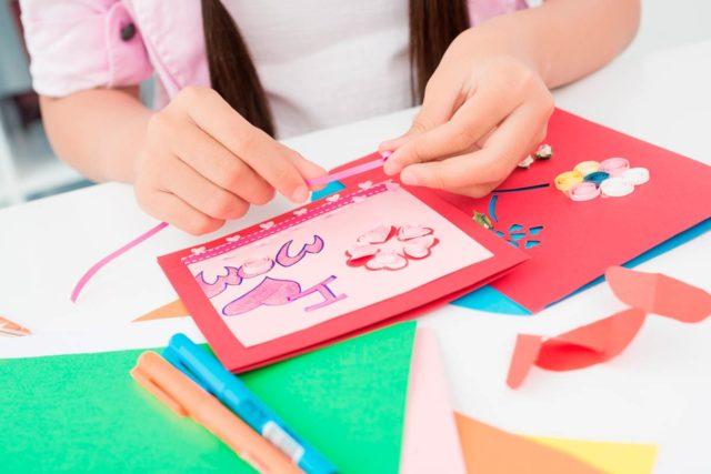 Ребенок делает поделку из бумаги, детское творчество