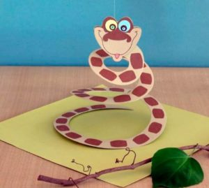 Змея в виде спирали из бумаги